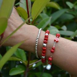 bracelet en perles de verre facettées rouges et plaqué argent.