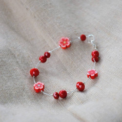 bracelet en perles rouges mixtes.