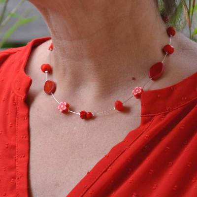 collier en perles rouges mixtes.