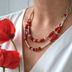 collier double rang coquelicot.